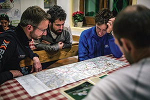 Runners study the course's topography before the start. Photo by Jordi Saragossa